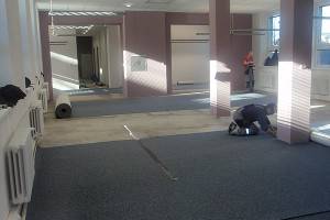 Pokládání koberců a kobercových čtverců